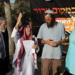 Jøder og muslimer beder sammen for redning af de tre bortførte jødiske unge 17. juni 2014, nær Gva'ot. Foto: Gershon Elinson/Flash90